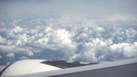 Сочные белые облака, высокие в небе, очень красивом виде из плоского окна сток-видео