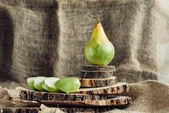 Сочные груши на деревянной предпосылке Стоковое Изображение RF