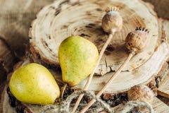 Сочные груши на деревянной предпосылке Стоковые Изображения RF