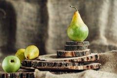 Сочные груши на деревянной предпосылке Стоковые Фото