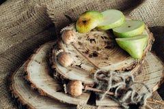 Сочные груши на деревянной предпосылке Стоковые Фотографии RF