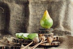 Сочные груши на деревянной предпосылке Стоковое Изображение