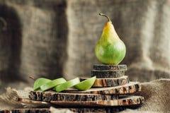 Сочные груши на деревянной предпосылке Стоковое Фото