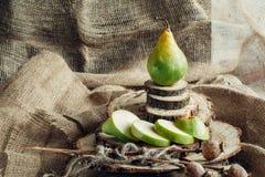 Сочные груши на деревянной предпосылке Стоковые Изображения