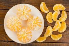 Сочные испанские мандарины на плите на деревянной предпосылке Стоковые Фотографии RF