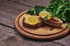 Сочные испеченные семги с лимоном и травами Стоковые Фотографии RF
