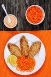 Сочные котлеты индюка цыпленка с салатом Стоковая Фотография