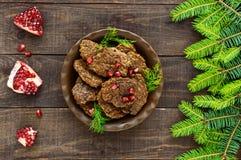 Сочные котлеты печени с семенами гранатового дерева на керамической плите на темной деревянной предпосылке Стоковое Изображение