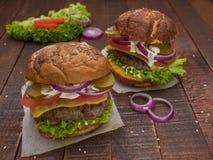 Сочные, мясистые, очень вкусные cheeseburgers Стоковое Изображение RF