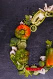 Сочные овощи выровнялись на черной предпосылке в форме половины перевернутого сердца, открытого космоса для текста Стоковое фото RF