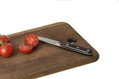 Сочные органические томаты вишни на изолированной разделочной доске Стоковая Фотография RF