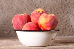 Сочные персики в белом шаре Стоковое Фото