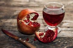 Сочные плодоовощ гранатового дерева и стекло сока гранатового дерева Стоковые Фотографии RF