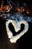 Сочные свежие булочки шоколада взбрызнутые с напудренным сахаром, положением против темной древесины Взбитая сливк сделала эскиз  Стоковая Фотография RF