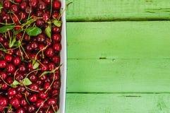 Сочные свежие вишни на яркой деревянной предпосылке Стоковое Изображение RF