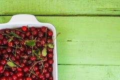 Сочные свежие вишни на яркой деревянной предпосылке Стоковая Фотография