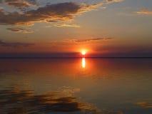 Сочные цвета захода солнца на море стоковые изображения rf