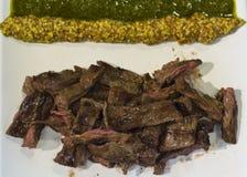 Сочные части красного мяса с соусами стоковое изображение rf