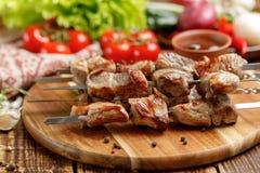 Сочные kebabs от свинины Мясо сваренное на открытом огне и свежих овощах Стоковая Фотография RF