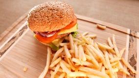 Сочный гамбургер с зажаренными картошками акции видеоматериалы