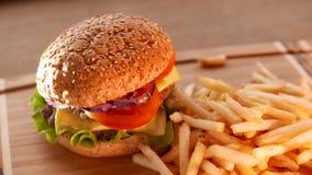Сочный гамбургер с зажаренными картошками видеоматериал