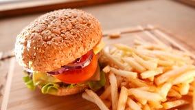 Сочный гамбургер с зажаренными картошками сток-видео