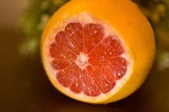 Сочный грейпфрут на таблице Стоковые Изображения RF