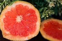 Сочный грейпфрут на таблице Стоковое Фото