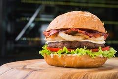 Сочный и большой бургер с беконом Стоковое Изображение RF