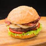 Сочный и большой бургер с беконом Стоковое фото RF