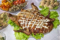 Сочный и очень вкусный испеченный заполненный цыпленок стоковые изображения