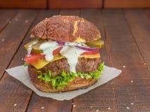 Сочный, мясистый, очень вкусный cheeseburger стоковые фотографии rf