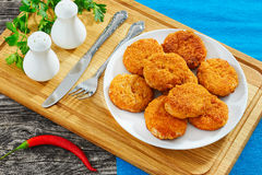 Сочный очень вкусный цыпленок, свинина, говядина обвалял котлеты в сухарях Стоковые Изображения RF