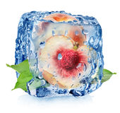 Сочный персик в кубе льда Стоковые Фотографии RF