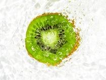 Сочный плодоовощ кивиа в воде на белой предпосылке Макрос Стоковые Изображения RF