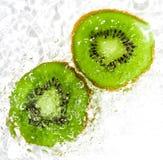 Сочный плодоовощ кивиа в воде на белой предпосылке Макрос Стоковые Фотографии RF