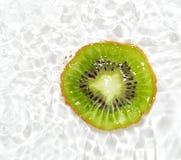 Сочный плодоовощ кивиа в воде на белой предпосылке Макрос Стоковое Изображение