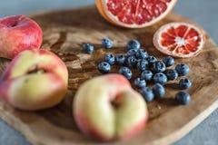 Сочный плодоовощ на деревянной доске Стоковое Изображение