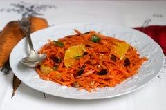 Сочный салат моркови витамина с апельсинами, черносливами и гайками Деревенский тип Стоковое Изображение