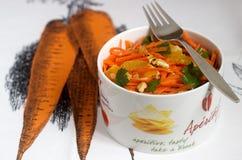 Сочный салат моркови витамина с апельсинами, черносливами и гайками Деревенский тип Стоковая Фотография