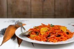 Сочный салат моркови витамина с апельсинами, черносливами и гайками Деревенский тип Стоковое Изображение RF