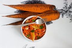 Сочный салат моркови витамина с апельсинами, черносливами и гайками Деревенский тип Стоковые Фотографии RF