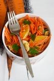 Сочный салат моркови витамина с апельсинами, черносливами и гайками Деревенский тип Стоковое фото RF