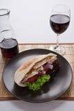 Сочный свежий горячий здоровый хлеб pita с стеклом красного вина Стоковая Фотография RF