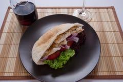 Сочный свежий горячий здоровый хлеб pita с стеклом красного вина Стоковые Изображения RF