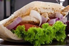 Сочный свежий горячий здоровый хлеб pita с стеклом красного вина Стоковое фото RF