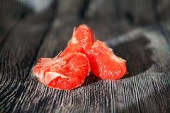Сочный свежий розовый грейпфрут на деревянном Стоковое Изображение RF