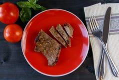 Сочный стейк говядины с томатом и базиликом Стоковое фото RF