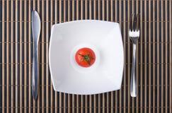 сочный томат плиты Стоковые Изображения
