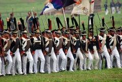 Солдаты армии на Бородино сражают исторический reenactment в России Стоковое Изображение RF